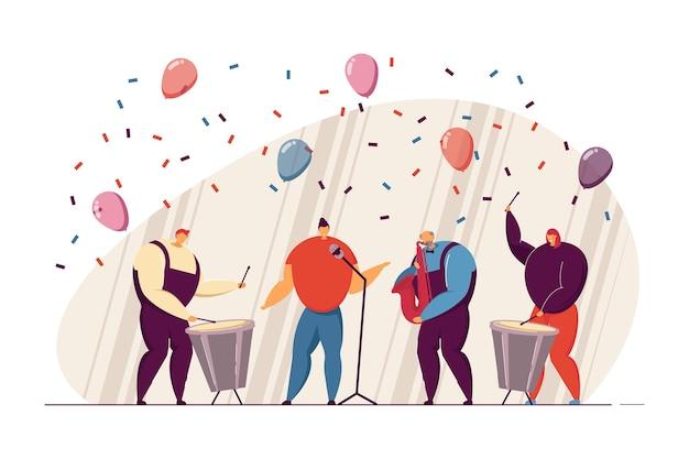 Banda musicale esibendosi all'illustrazione vettoriale piatta del partito. musicisti che cantano, suonano il sassofono e il tamburo sul palco. celebrazione, concetto di performance per banner, design di siti web o pagine web di destinazione
