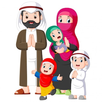 Una famiglia musulmana con tre figli sta dando il saluto perdono allo ied mubarak
