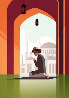 Uomo musulmano in maschera pregando ramadan kareem mese santo religione coronavirus quarantena pandemica