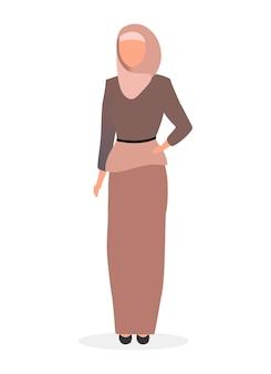 Illustrazione piana della donna musulmana. signora elegante islamica nel personaggio dei cartoni animati di hijab isolato su priorità bassa bianca. ragazza saudita sicura di sé che indossa l'abaya. lookbook delle modelle arabe