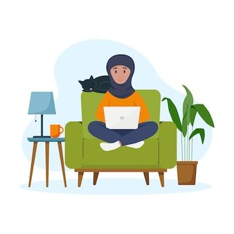 La donna musulmana lavora al laptop freelance