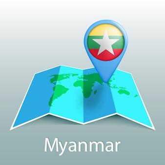 Mappa del mondo di bandiera birmania nel pin con il nome del paese su sfondo grigio