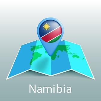 Mappa del mondo di bandiera della namibia nel perno con il nome del paese su sfondo grigio