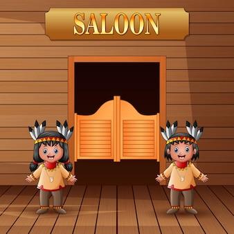 Indiano nativo americano in piedi davanti all'ingresso del saloon
