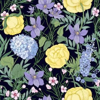 Modello senza cuciture naturale con eleganti fiori che sbocciano e piante erbacee fiorite su sfondo nero.
