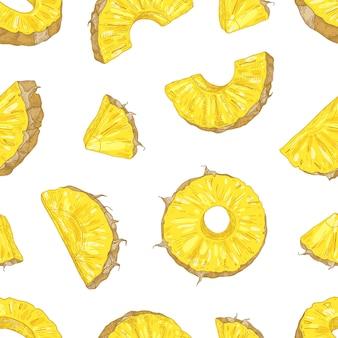 Modello senza cuciture naturale con i pezzi e le fette succosi dell'ananas su fondo bianco.