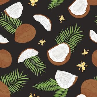 Modello senza cuciture naturale con noci di cocco intere e divise, fiori e foglie di palma esotiche su sfondo nero. sfondo tropicale.