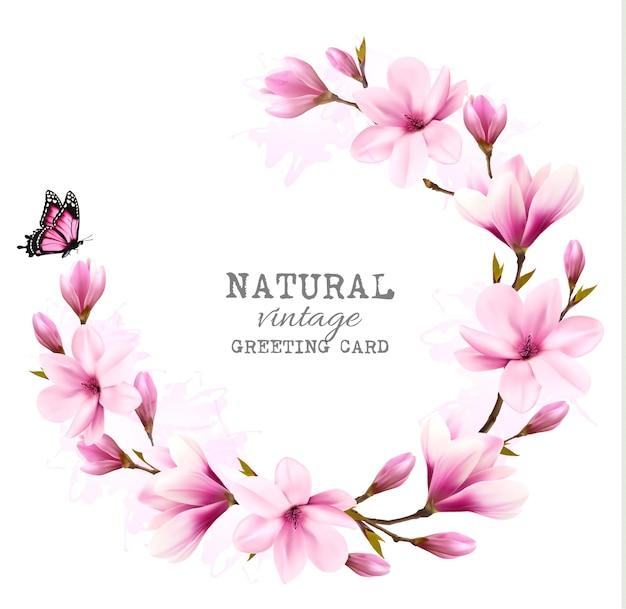 Biglietto di auguri vintage naturale con magnolia rosa. vettore.