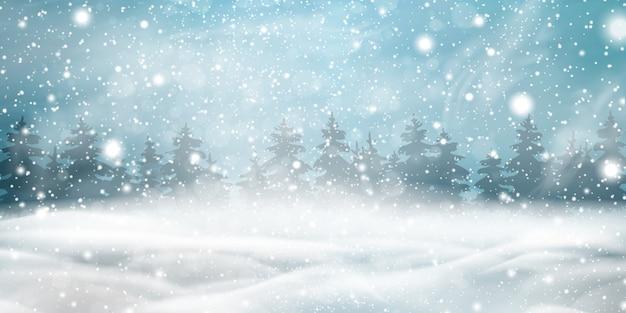 Sfondo di natale inverno naturale con cielo blu, forti nevicate, fiocchi di neve, foreste di conifere innevate, cumuli di neve. paesaggio invernale con la caduta di natale splendente bella neve.