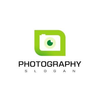 Modello di logo di fotografia naturalistica con fotocamera sagoma su sfondo foglia