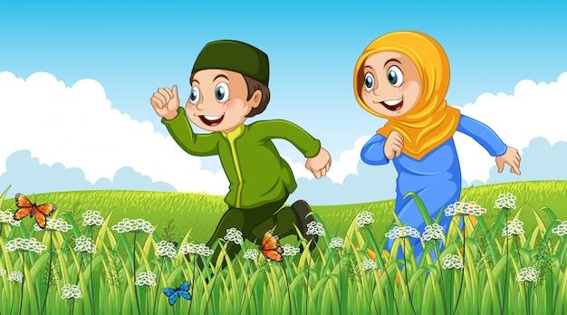 Priorità bassa di scena della natura con ragazzo musulmano e ragazza in esecuzione in giardino