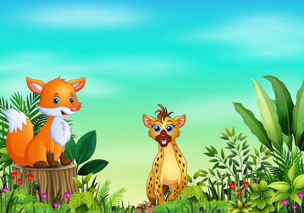 Scena della natura con una volpe che si siede sul ceppo e sulla iena di albero