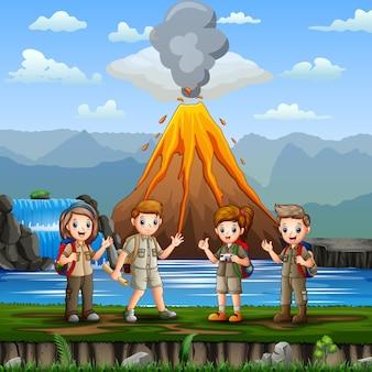 Scena della natura con un gruppo di scout e illustrazione dell'eruzione del vulcano