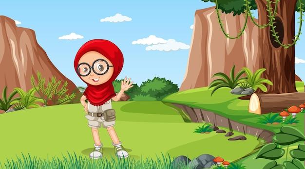 Scena della natura con un personaggio dei cartoni animati di una ragazza musulmana che esplora nella foresta