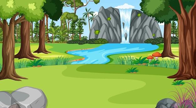 Scena della natura con cascata nel paesaggio della foresta