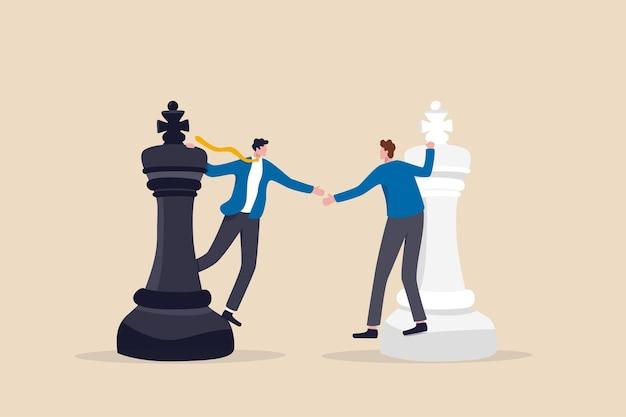 Strategia di negoziazione, situazione vantaggiosa per tutti, partnership anziché confronto in concorrenza, concetto di fusione o accordo, concorrenti d'affari in piedi sulla stretta di mano degli scacchi dopo l'accordo finale.