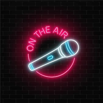 Insegna al neon sull'aria con microfono in cornice rotonda. discoteca con icona di musica dal vivo. Vettore Premium