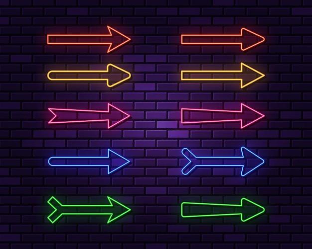 Collezione di frecce al neon su oscurità