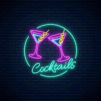 Segno di bar cocktail al neon. logo del night club karaoke con bicchieri di frullato di alcol.