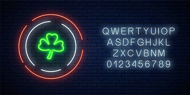 Segno di foglia di trifoglio incandescente al neon con alfabeto. trifoglio verde come simbolo della festa nazionale irlandese.