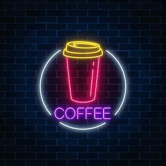 Insegna luminosa al neon della tazza di caffè nel telaio del cerchio su un muro di mattoni scuro