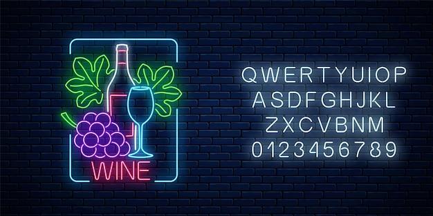 Insegna al neon incandescente di vino in cornice rettangolare con alfabeto sul fondo del muro di mattoni scuri. grappolo e foglie d'uva con bottiglia e bicchiere di vino. illustrazione vettoriale.