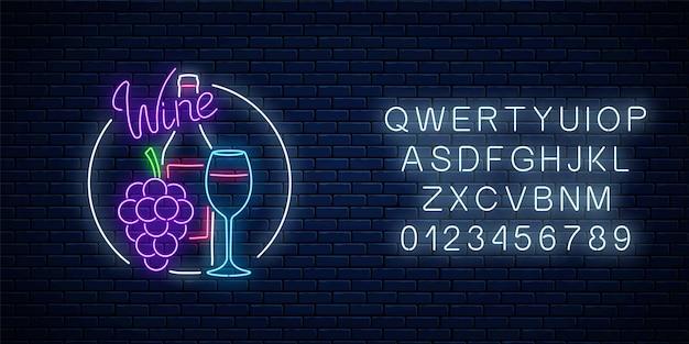 Insegna al neon incandescente del negozio di vini nella cornice del cerchio con l'alfabeto. grappolo d'uva con bottiglia e bicchiere di vino.