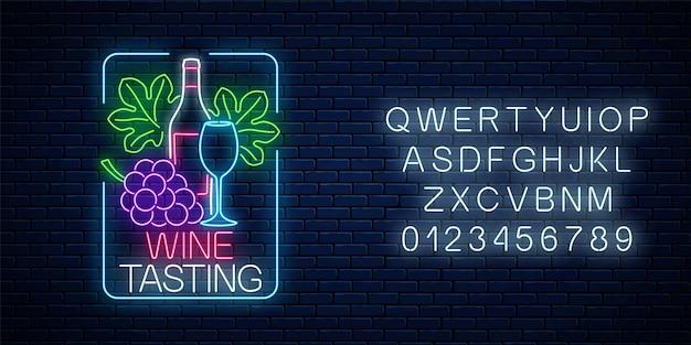 Insegna al neon incandescente di degustazione di vini in cornice rettangolare con alfabeto su sfondo muro di mattoni scuri. grappolo e foglie d'uva con bottiglia e bicchiere di vino. illustrazione vettoriale.