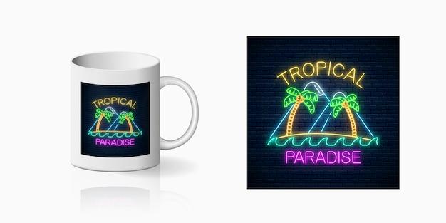Neon felice estate stampa con due palme, isola, montagne e testo per la progettazione della tazza. design estivo lucido in stile neon