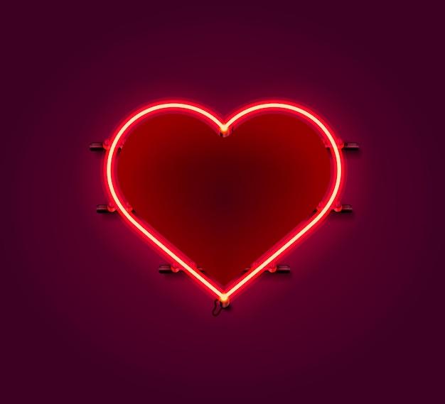 Insegna al neon del cuore sulla parete rossa.