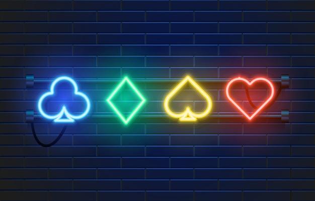 Insegna del casinò della lampada al neon sulla parete. segno di giochi di carte poker o blackjack.