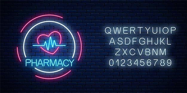 Insegna d'ardore della farmacia al neon con forma di cuore e grafico a impulsi con alfabeto sul fondo del muro di mattoni.