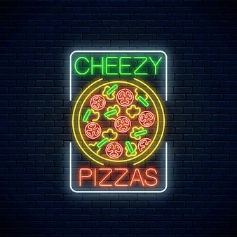 Insegna al neon di pizza cheezy con pomodori e formaggio in cornice rettangolare su uno sfondo di muro di mattoni scuri. Vettore Premium