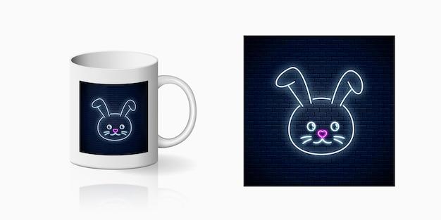 Insegna al neon di simpatico coniglio in stile kawaii stampato per il design della tazza.
