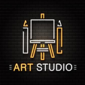Insegna al neon di cavalletto e matite per la decorazione sullo sfondo della parete. logo al neon realistico per studio d'arte. concetto di professione dell'artista e processo creativo.