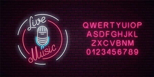 Insegna al neon con microfono in cornice rotonda con alfabeto. locale notturno con l'icona di musica dal vivo.