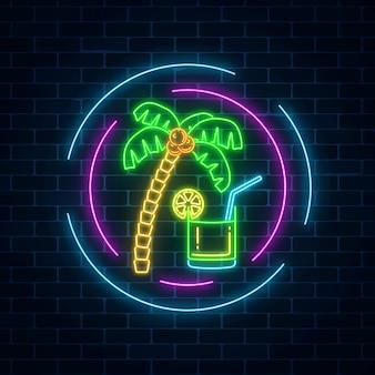 Segno al neon della barra del cocktail di estate sul fondo scuro del muro di mattoni. pubblicità di gas incandescente con caipirinha agita e palmo.