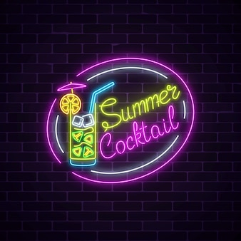 Insegna al neon di estate del cocktail con l'ombrello sul fondo scuro del muro di mattoni. incandescente bicchiere di frullato di alcol.