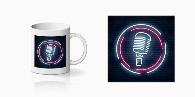 Impronta al neon del microfono in cornice rotonda sul modello di tazza in ceramica. progettazione di una discoteca con karaoke e musica dal vivo. icona del caffè del suono.