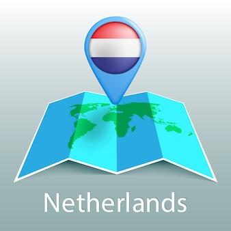 Mappa del mondo di bandiera olandese nel pin con il nome del paese su sfondo grigio