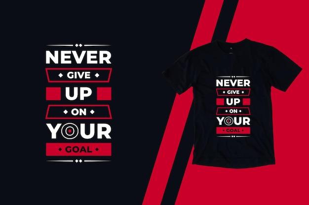 Non rinunciare mai al tuo obiettivo moderno design di t-shirt con citazioni ispiratrici