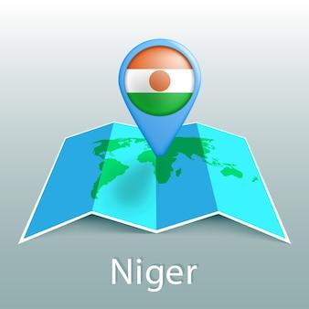 Mappa del mondo di bandiera del niger nel perno con il nome del paese su sfondo grigio