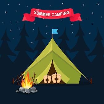 Paesaggio notturno con tenda, falò, foresta