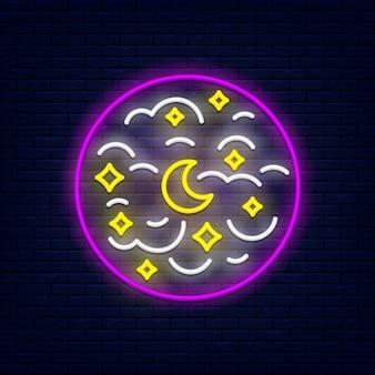 Cielo notturno con mese, stelle e nuvole Vettore Premium