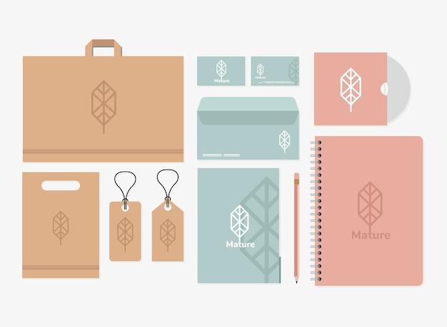 Taccuino e pacchetto di elementi impostati mockup nel disegno bianco dell'illustrazione