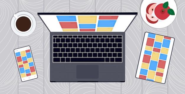 Nota l'interfaccia mobile dell'applicazione del computer sullo schermo della compressa dello smartphone del computer portatile sulla vista di angolo superiore di concetto dell'incrocio della piattaforma dell'incontro dell'organizzatore del desktop