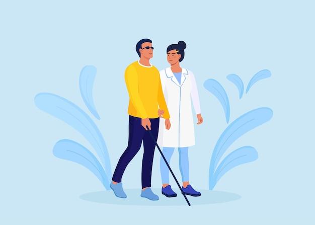 L'infermiera o il medico aiuta il paziente non vedente a camminare con il bastone. medico che assiste l'uomo disabile. cecità, disabilità, terapia, competenza medica