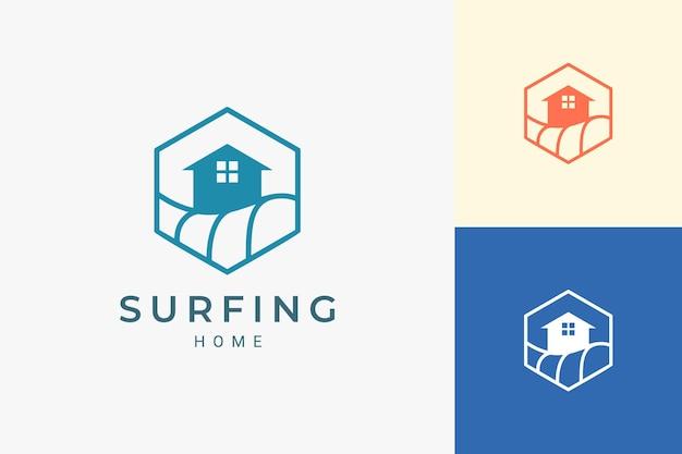 Logo del resort a tema sull'oceano o sulla spiaggia in linea semplice e forma esagonale