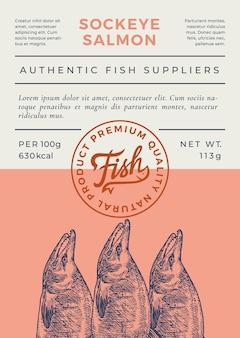 Progettazione o etichetta di imballaggio di vettore dell'estratto del pesce dell'oceano. banner di tipografia moderna, sagoma di salmone rosso disegnato a mano con timbro logo lettering. layout di sfondo della carta a colori. isolato.