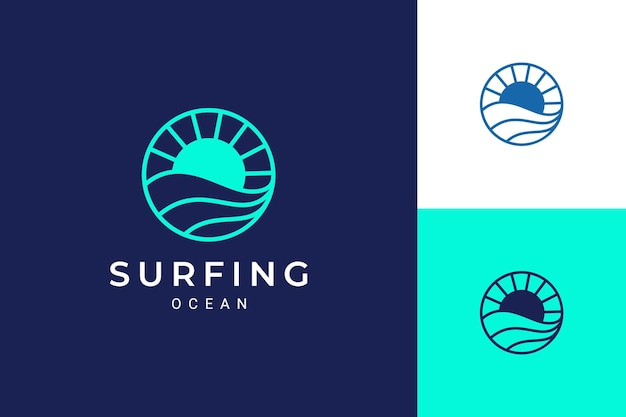 Logo a tema oceano o acqua con onde e sole in cerchio